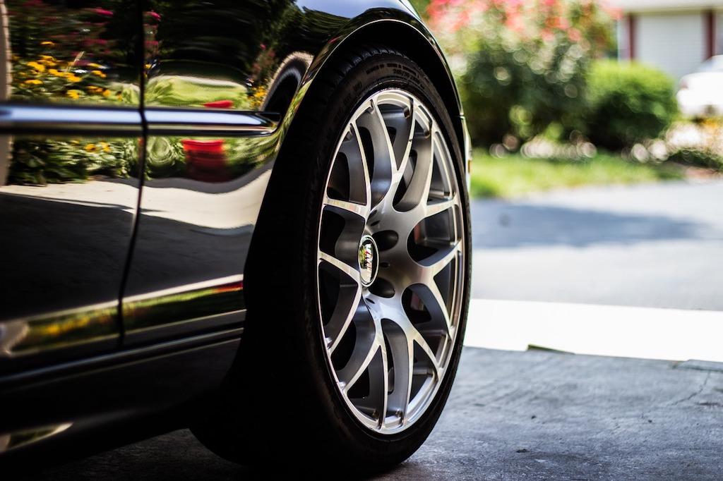 Brandneue Reifen auf attraktiven Felgen sind für Autofans ein echter Hingucker.